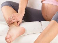 беременная держится за ногу