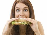 женщина ест бутерброд