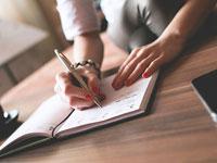Женщина пишет ручкой