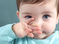 ребенок в голубой кофте