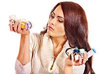 женщина держит в руках таблетки