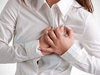 женщина держится руками за грудную клетку