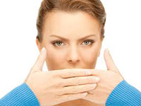женщина прикрывает рот