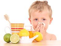 ребенок возле стола с продуктами