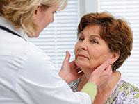 врач прощупывает лимфоузлы