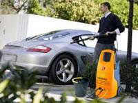 мужчина моет машину керхером
