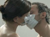 Поцелуй в медицинских масках
