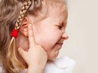ребенок держится за ухо