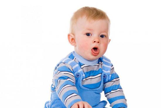 Маленький ребенок кашляет