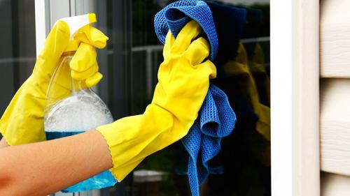 Очищение стекол специальным средством