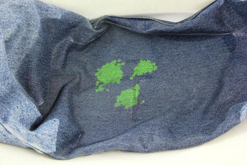 Пятна краски на джинсах