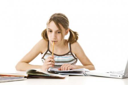 ребенок держит во рту ручку