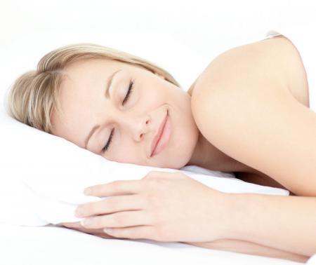 женщина лежит на  подушке