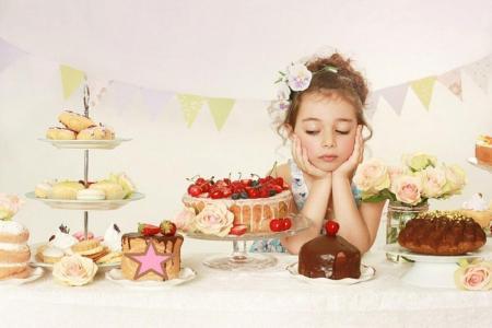 ребенок с тортами