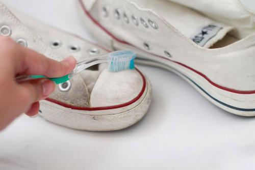 Как стирать кроссовки и избавиться от запаха: стирка в машинке, вручную