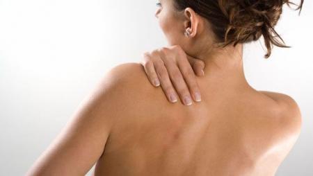 женщина держится за спину