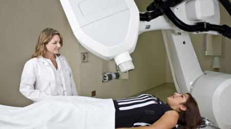 пациент лежит в аппарате