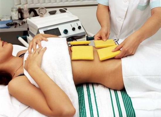 физиотерапевт делает процедуру