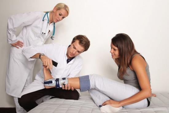 двое врачей и девушка