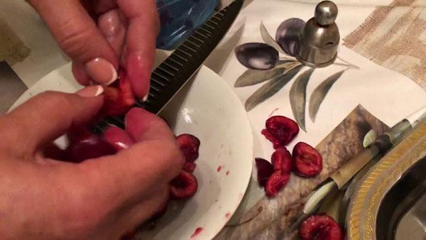 Разделение ягод черешни на половинки