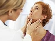 врач прощупывает щитовидку