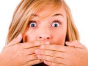 Девушка закрывает рот руками