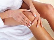 женщина держится за колено