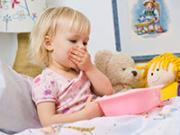 девочка в кровати с игрушками