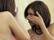 девушка вытаскивает соринку из глаза