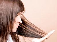 женщина держится за волосы