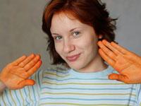 Руки, испачканные хной